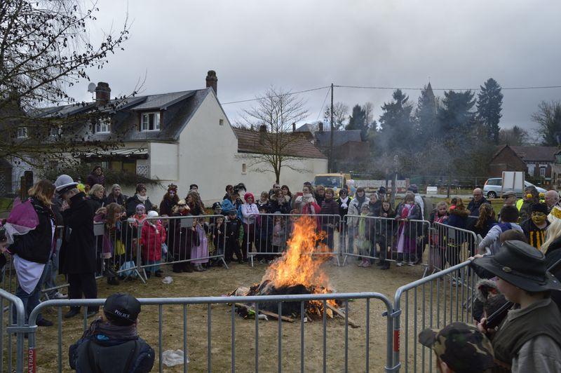 Après le défilé dans les rues du village, Monsieur Carnaval est brûlé sur la place publique !
